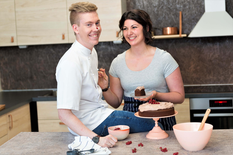 Om Sætnans Kjøkken gir deg innsikt i Thora og Ole Martins vei som kjøkkensjef, personlig trener og kostveileder.